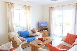 Гостиная. Кипр, Аргака : Комфортабельная вилла с видом на море, с 2-мя спальнями, с бассейном и барбекю, расположена сего в 50 метрах от песчаного пляжа Argaka