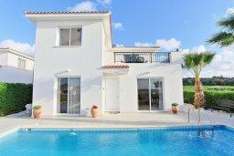 Фасад дома. Кипр, Аргака : Комфортабельная вилла с видом на море, с 2-мя спальнями, с бассейном и барбекю, расположена сего в 50 метрах от песчаного пляжа Argaka