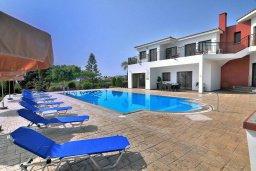 Фасад дома. Кипр, Си Кейвз : Великолепная вилла с видом на море, с 5-ю спальнями, с просторным бассейном, в окружении красивого сада