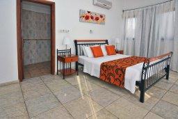 Спальня. Кипр, Си Кейвз : Великолепная вилла с видом на море, с 5-ю спальнями, с просторным бассейном, в окружении красивого сада