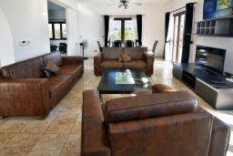 Гостиная. Кипр, Корал Бэй : Потрясающая вилла с видом на море, с 3-мя спальнями, с бассейном, с тенистой террасой с патио и кипрским барбекю