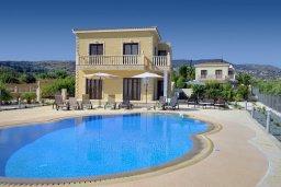 Фасад дома. Кипр, Корал Бэй : Потрясающая вилла с видом на море, с 3-мя спальнями, с бассейном, с тенистой террасой с патио и кипрским барбекю