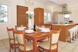 Обеденная зона. Кипр, Каппарис : Двухэтажная вилла с бассейном, гостиная, 3 спальни, 3 ванные комнаты, место для барбекю, парковка, Wi-Fi
