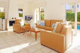 Гостиная. Кипр, Каппарис : Двухэтажная вилла с бассейном, гостиная, 3 спальни, 3 ванные комнаты, место для барбекю, парковка, Wi-Fi