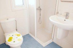 Ванная комната. Кипр, Каппарис : Двухэтажная вилла с бассейном, гостиная, 3 спальни, 3 ванные комнаты, место для барбекю, парковка, Wi-Fi