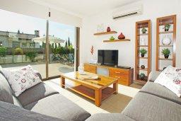 Гостиная. Кипр, Ионион - Айя Текла : Роскошная двухэтажная вилла с 4-мя спальнями, с бассейном и крытой верандой расположена в тихом районе Айя Текла