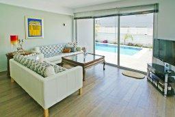 Гостиная. Кипр, Пернера : Красивая двухэтажная вилла с 3-мя спальнями, с бассейном, с просторным приватным двориком и барбекю