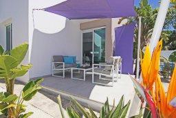 Зона отдыха у бассейна. Кипр, Пернера Тринити : Потрясающая новая двухэтажная вилла с 3-мя спальнями, с бассейном и солнечной террасой с барбекю