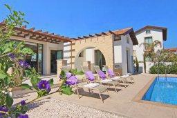 Зона отдыха у бассейна. Кипр, Ионион - Айя Текла : Удивительная вилла с 2-мя спальнями, с бассейном и приватным двориком, расположена в тихом и спокойном месте