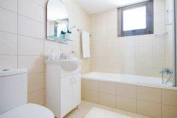 Ванная комната. Кипр, Ионион - Айя Текла : Новая роскошная вилла с 3-мя спальнями, с бассейном, с традиционной печью и солнечной террасой, расположена в небольшом комплексе в Айя-Текла