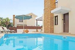 Бассейн. Кипр, Ионион - Айя Текла : Прекрасная двухэтажная вилла в 100 метрах от моря с 3-мя спальнями,  с бассейном и приватным двориком