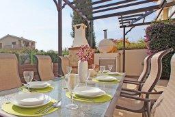 Зона отдыха у бассейна. Кипр, Каво Марис Протарас : Вилла, окруженная красивым садом, с 3-мя спальнями, солнечной террасой с патио и барбекю