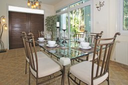 Обеденная зона. Кипр, Каво Марис Протарас : Вилла, окруженная красивым садом, с 3-мя спальнями, солнечной террасой с патио и барбекю