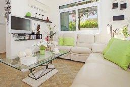Гостиная. Кипр, Каво Марис Протарас : Вилла, окруженная красивым садом, с 3-мя спальнями, солнечной террасой с патио и барбекю