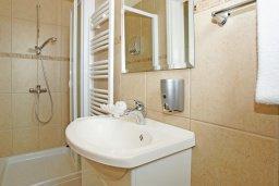 Ванная комната. Кипр, Каво Марис Протарас : Вилла, окруженная красивым садом, с 3-мя спальнями, солнечной террасой с патио и барбекю