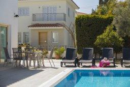 Зона отдыха у бассейна. Кипр, Каво Марис Протарас : Шикарная вилла с 4-мя спальнями, с бассейном и зеленым двориком, расположена в тихом районе Протараса