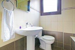 Ванная комната. Кипр, Коннос Бэй : Уютная вилла с 3-мя спальнями, с бассейном и приватным двориком с патио, расположена у национального парка Cape Greco