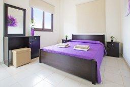 Спальня. Кипр, Коннос Бэй : Уютная вилла с 3-мя спальнями, с бассейном и приватным двориком с патио, расположена у национального парка Cape Greco