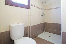 Ванная комната 2. Кипр, Коннос Бэй : Уютная вилла с 3-мя спальнями, с бассейном и приватным двориком с патио, расположена у национального парка Cape Greco
