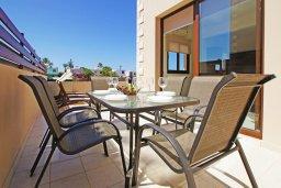 Зона отдыха у бассейна. Кипр, Коннос Бэй : Уютная вилла с 3-мя спальнями, с бассейном и приватным двориком с патио, расположена у национального парка Cape Greco