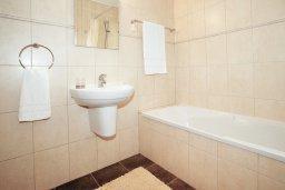 Ванная комната 2. Кипр, Коннос Бэй : Роскошная красивая двухэтажная вилла с 3-мя спальнями, с бассейном и потрясающим зелёным садом с патио