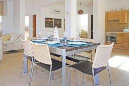 Обеденная зона. Кипр, Коннос Бэй : Роскошная красивая двухэтажная вилла с 3-мя спальнями, с бассейном и потрясающим зелёным садом с патио
