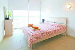 Спальня. Кипр, Фиг Три Бэй Протарас : Апартамент в 100 метрах от пляжа, с отдельной спальней и балконом с видом на море, в комплексе с бассейном и теннисным кортом