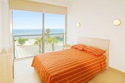 Спальня. Кипр, Фиг Три Бэй Протарас : Апартамент в 100 метрах от пляжа, с отдельной спальней и балконом с видом на море, в комплексе с бассейном,  тренажерным залом и теннисным кортом