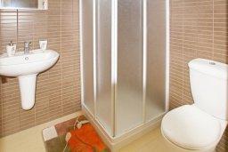 Ванная комната. Кипр, Фиг Три Бэй Протарас : Апартамент в 100 метрах от пляжа, с отдельной спальней и балконом с видом на море, в комплексе с бассейном,  тренажерным залом и теннисным кортом