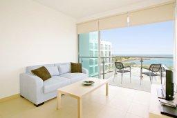 Гостиная. Кипр, Фиг Три Бэй Протарас : Апартамент в 100 метрах от пляжа, с отдельной спальней и балконом с видом на море, в комплексе с бассейном,  тренажерным залом и теннисным кортом