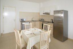 Кухня. Кипр, Фиг Три Бэй Протарас : Апартамент в 100 метрах от пляжа, с отдельной спальней и балконом с видом на море, в комплексе с бассейном,  тренажерным залом и теннисным кортом