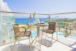 Балкон. Кипр, Фиг Три Бэй Протарас : Потрясающий апартамент в 100 метрах от пляжа, с отдельной спальней и балконом с видом на море, в комплексе с бассейном и спа-центром