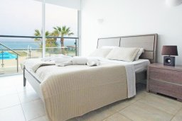 Спальня. Кипр, Фиг Три Бэй Протарас : Современный апартамент в 100 метрах от пляжа, с отдельной спальней и балконом с видом на море, в комплексе с бассейном, спа-центром и теннисным кортом