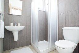 Ванная комната. Кипр, Фиг Три Бэй Протарас : Современный апартамент в 100 метрах от пляжа, с отдельной спальней и балконом с видом на море, в комплексе с бассейном, спа-центром и теннисным кортом