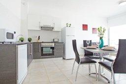 Кухня. Кипр, Фиг Три Бэй Протарас : Современный апартамент в 100 метрах от пляжа, с отдельной спальней и балконом с видом на море, в комплексе с бассейном, спа-центром и теннисным кортом