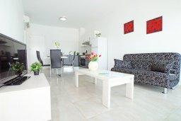 Гостиная. Кипр, Фиг Три Бэй Протарас : Современный апартамент в 100 метрах от пляжа, с отдельной спальней и балконом с видом на море, в комплексе с бассейном, спа-центром и теннисным кортом