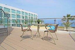 Балкон. Кипр, Фиг Три Бэй Протарас : Современный апартамент в 100 метрах от пляжа, с отдельной спальней и балконом с видом на море, в комплексе с бассейном, спа-центром и теннисным кортом