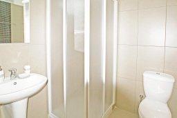 Ванная комната. Кипр, Фиг Три Бэй Протарас : Современная студия с балконом, расположена в нескольких минутах ходьбы до залива Fig Tree Bay и  в 100 метрах от моря