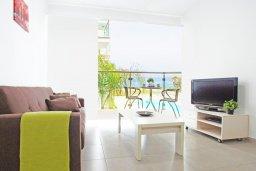 Гостиная. Кипр, Фиг Три Бэй Протарас : Роскошный апартамент в 100 метрах от пляжа,  с отдельной спальней и балконом с видом на море, в комплексе с бассейном и тренажерным залом