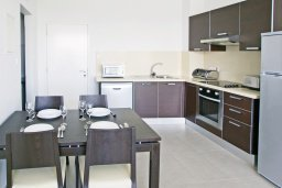 Кухня. Кипр, Фиг Три Бэй Протарас : Апартамент в 100 метрах от пляжа, с отдельной спальней и балконом с видом на море, в комплексе с бассейном и спа-центром