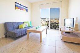 Гостиная. Кипр, Каппарис : Уютный апартамент с гостиной, двумя спальнями и балконом с видом на море