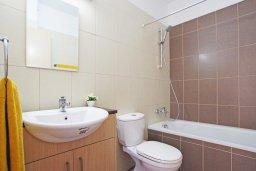 Ванная комната. Кипр, Каппарис : Уютный апартамент с гостиной, двумя спальнями и балконом с видом на море
