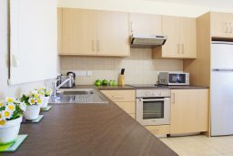 Кухня. Кипр, Каппарис : Уютный апартамент с гостиной, двумя спальнями и балконом с видом на море