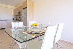 Обеденная зона. Кипр, Каппарис : Уютный апартамент с гостиной, двумя спальнями и балконом с видом на море