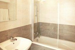 Ванная комната. Кипр, Каппарис : Уютный просторный апартамент с гостиной, двумя спальнями и балконом