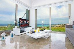 Гостиная. Кипр, Каво Марис Протарас : Шикарный апартамент в 100 метрах от пляжа, с двумя спальнями и балконом с шикарным видом на море