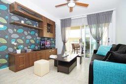 Гостиная. Кипр, Каппарис : Стильный апартамент с большой гостиной, двумя спальнями и балконом, в комплексе с двумя бассейнами и теннисным кортом