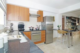 Кухня. Кипр, Каппарис : Стильный апартамент с большой гостиной, двумя спальнями и балконом, в комплексе с двумя бассейнами и теннисным кортом