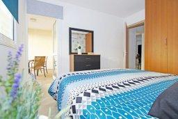 Спальня. Кипр, Каппарис : Стильный апартамент с большой гостиной, двумя спальнями и балконом, в комплексе с двумя бассейнами и теннисным кортом