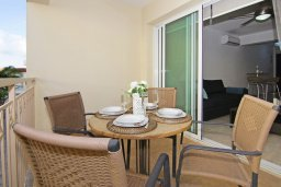 Балкон. Кипр, Каппарис : Стильный апартамент с большой гостиной, двумя спальнями и балконом, в комплексе с двумя бассейнами и теннисным кортом